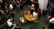 Lady GaGa tańczy topless na stole